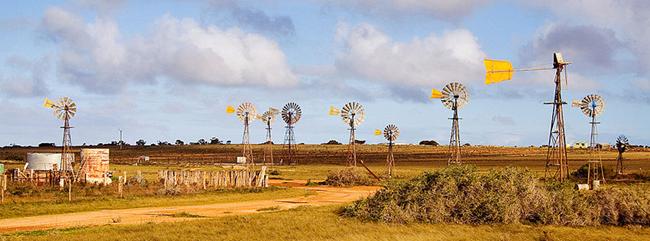 Interesante pueblo de los cien molinos de viento.