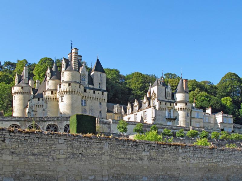 Le ch‰teau vu depuis la route. The castle seen from the road.
