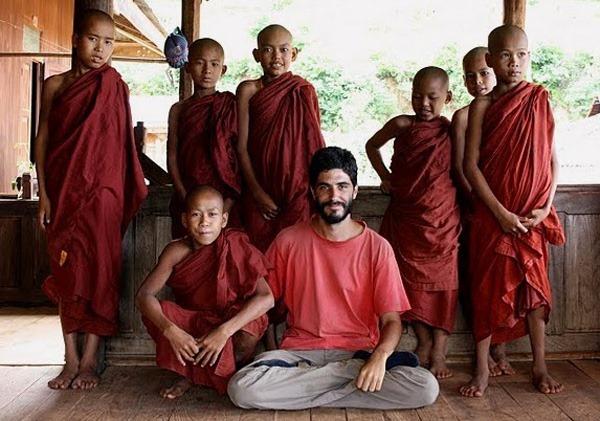 Despidiéndome de los novicios del monasterio budista en que pernocté en la Birmania rural