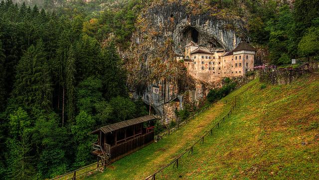 como llegar al castillo Predjama en Eslovenia
