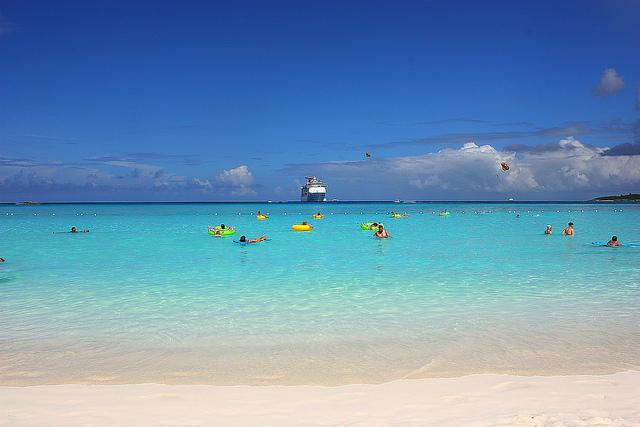 Una Playa Que Parece Una Piscina Infinita En Bahamas