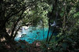 Una piscina natural de agua turquesa entre cascadas en México (Puente de Dios)