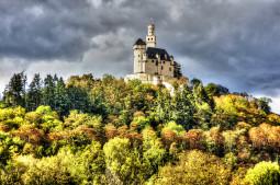 Y en la lista de sitios de cuento, un pueblo y un castillo en la colina (en Alemania)