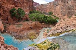 El curioso encuentro de un río turquesa con el río Colorado, en el Gran Cañón