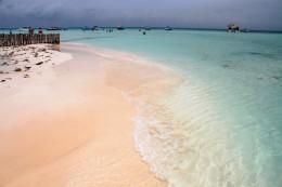 Una playa rodeada de una piscina natural infinita en la Riviera Maya (Playa Norte, Isla Mujeres)