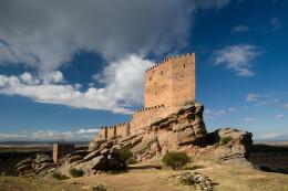 Un castillo sobre una roca que es parte de Juego de Tronos y está en España (Castillo de Zafra)
