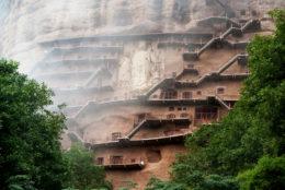 El acantilado vertical que esconde 7.000 esculturas budistas en China (Grutas de Maijishan)