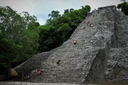 """Una pirámide maya gigante en la jungla en Cobá, México (o la peor """"escalera"""" de tu vida, Nohoch Mul)"""