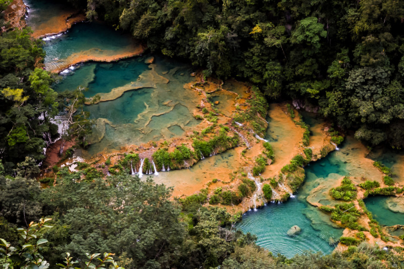 Un ca n de piscinas naturales turquesa en la jungla for Canon piscina