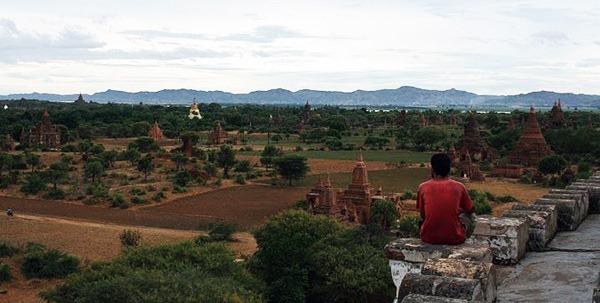 Ensimismado observando absorto la planicie de Bagan