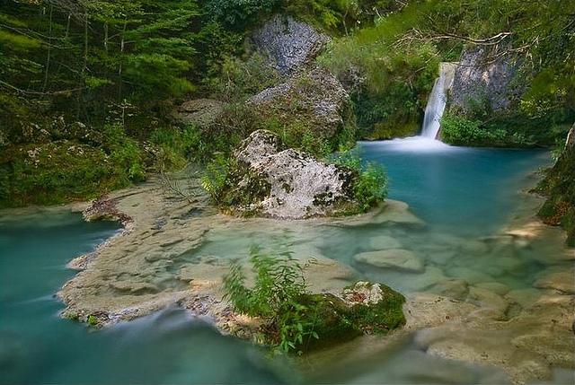 Un r o de cinco colores y nueve r os de agua turquesa for Piscinas naturales urederra