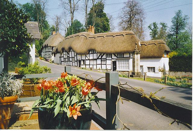 Un pueblo con casas de tejados vegetales que parecen de cuento en Inglaterra (Wherwell) - 101 Lugares increíbles