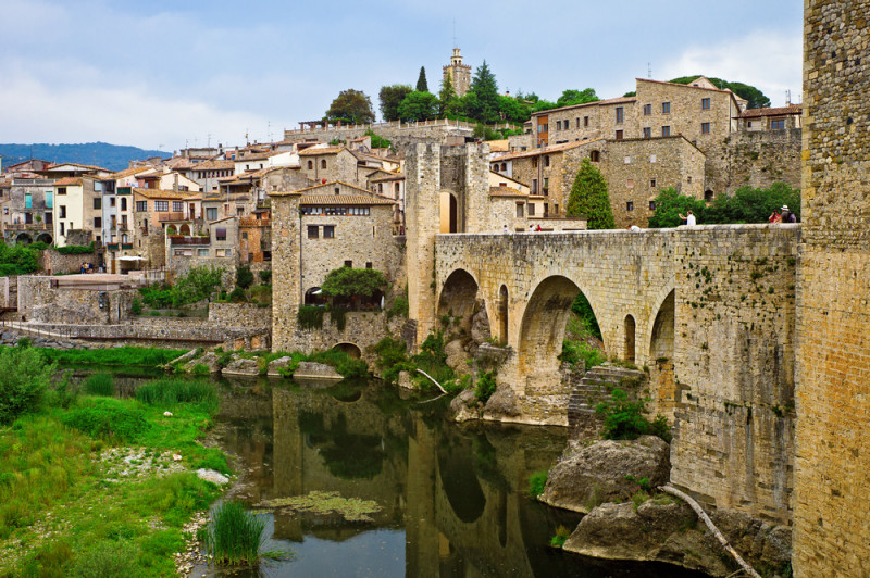 El pueblo que es un arca medieval en girona o una for Roca toledo