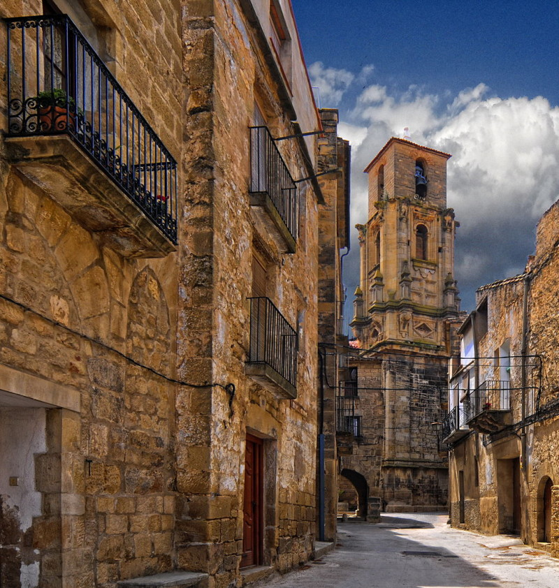 https://www.twin-loc.fr Small road in Sos Del Rey Catolico, Aragon, North of Spain. Picture Image Photgraphy