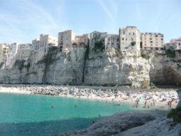 """Un pueblo """"colgado"""" sobre acantilados junto al mar turquesa en Italia (Tropea)"""