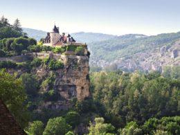 """Este pequeño castillo francés """"colgado"""" sobre un acantilado parece salido de un cuento (Belcastel, Lot)"""