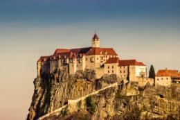 Un castillo al borde de un acantilado en Austria (Riegersburg)