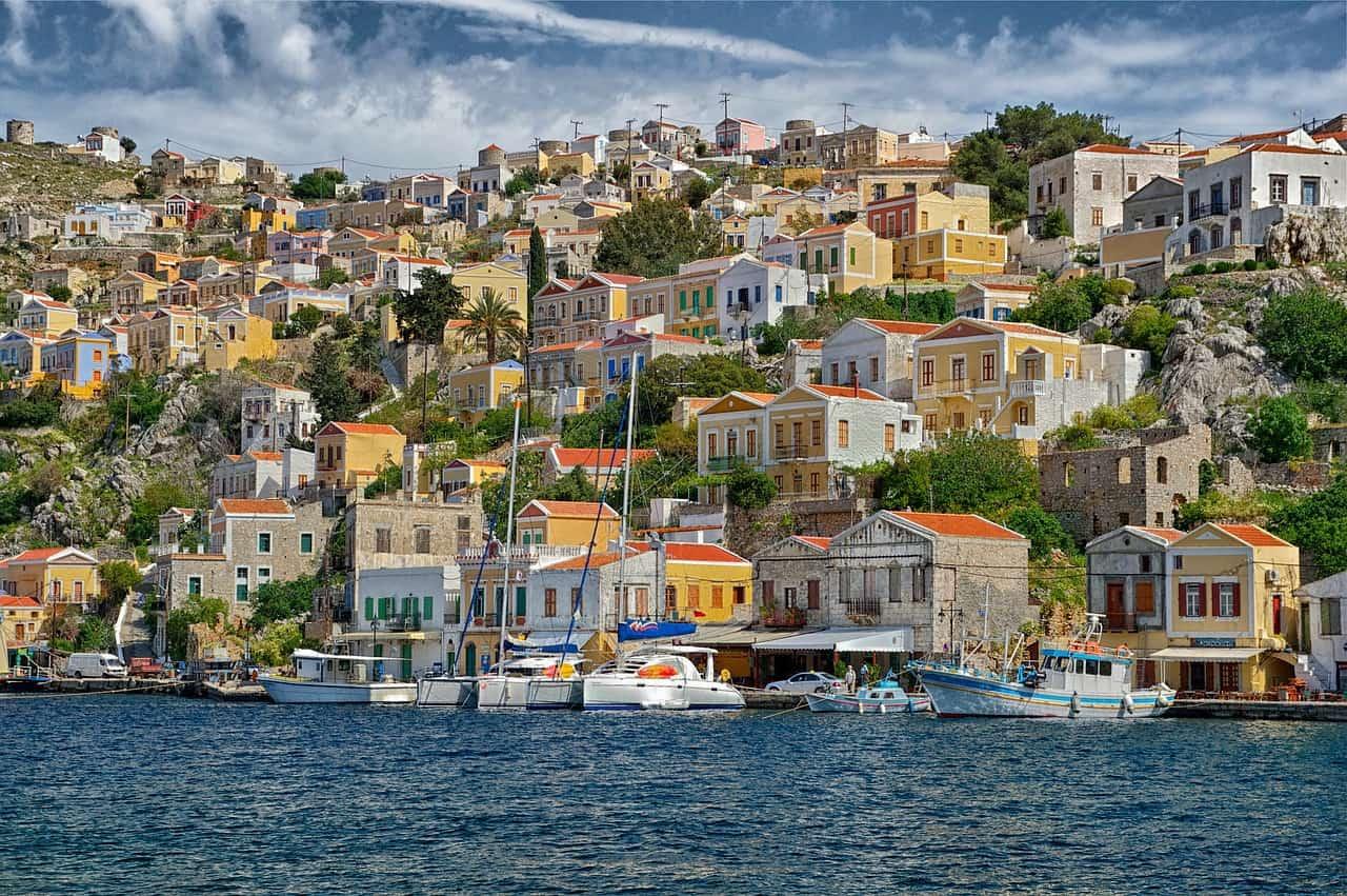 Este pueblo que parece una maqueta es uno de los más bonitos de Grecia (Symi) - 101 Lugares increíbles