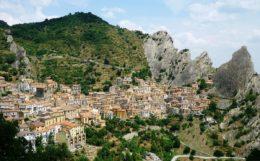 """Estos dos pueblos """"colgados"""" en los Dolomitas Lucanos te harán querer viajar al sur de Italia"""