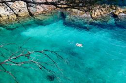 Esta cala de la Costa Brava es tan cristalina que produce la sensación de levitar (Cala dels Corbs, Palamós)