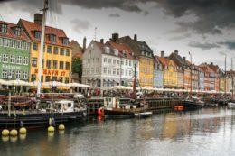 Un puerto histórico y colorido que se pasa de bonito en Copenhague (Nyhavn)