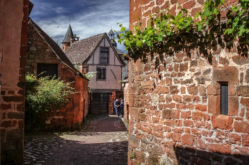Un pueblo de casas rojas, laberintico y con calles a puro encanto por lo pintoresco de sus construcciones llamado Collonges-la-Rouge