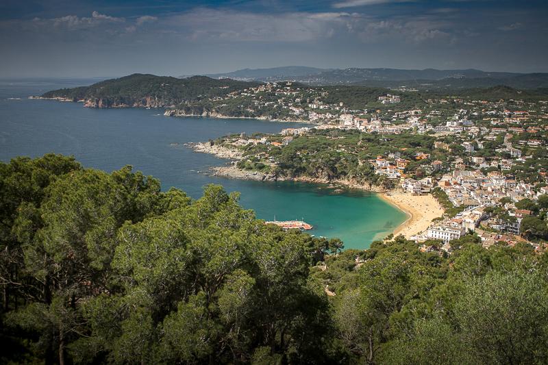 Una vista de la costa de Catalunya con sus montañas, vegetación y playas entre bahías en la parte de la Costa Brava