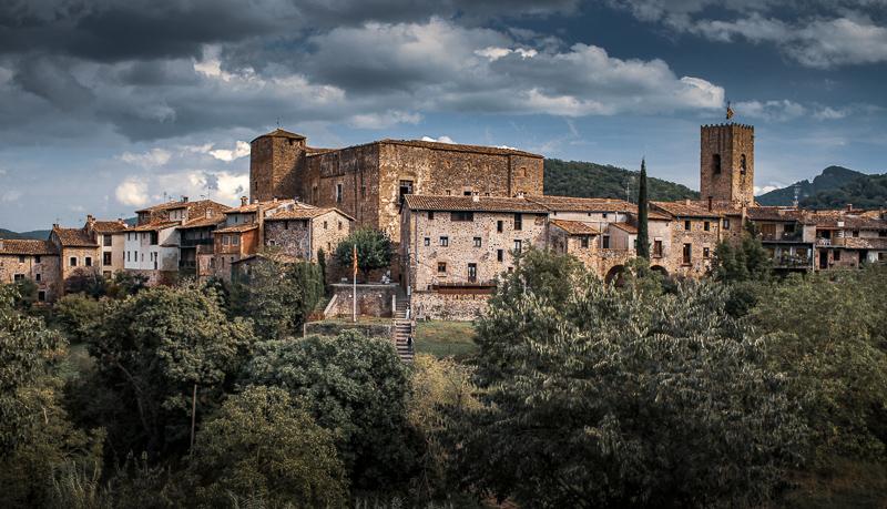 Santa Pau es uno de los pueblos bonitos en una ruta desde Barcelona a Besalu. Un casco antiguo medieval en la comarca de La Garrotxa